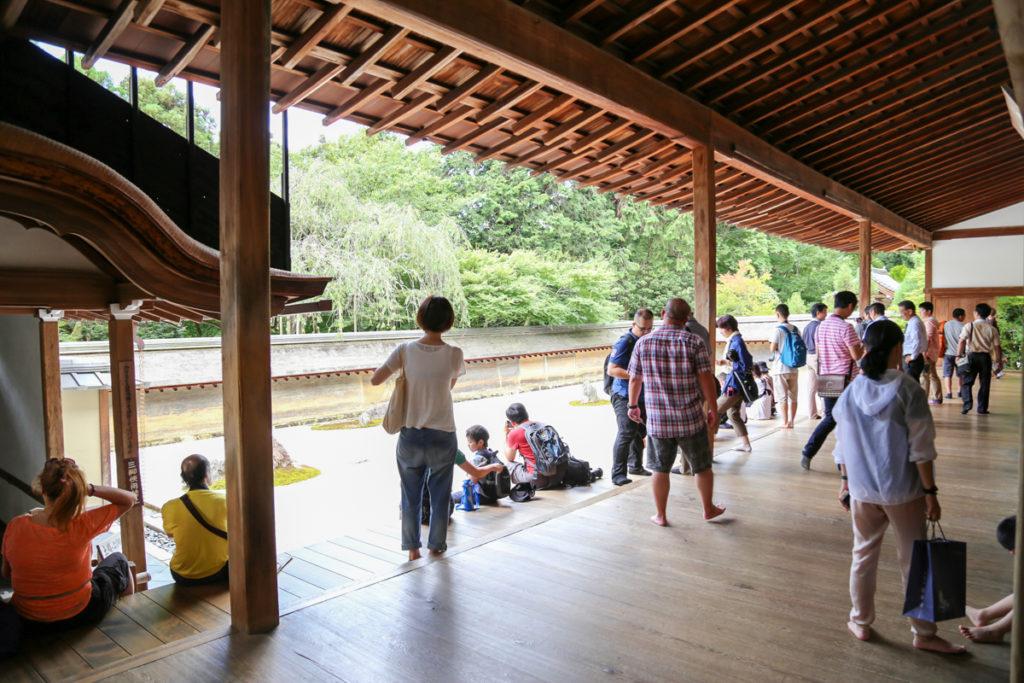 龍安寺の石庭を観光